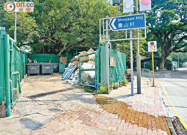 黃竹坑:垃圾房污水湧路損衞生 - 東方日報