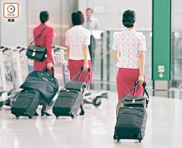 男客向國泰空姐潑水 不滿服務態度 途中發洩 抵港被捕 - 東方日報