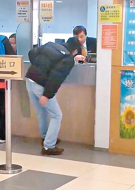 無舊卡阻領新證 男子大鬧中旅社 - 東方日報