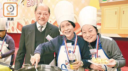 楊位醒(左)早前出席烹飪比賽,其身旁為比賽參加者。(葉華英攝)