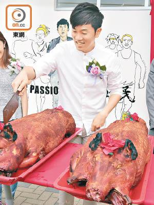 辦 事處開幕,鄭鬆泰(右二)切燒豬派畀街坊。(徐家浩攝)