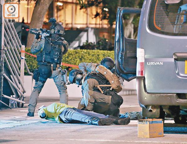 600警反恐演習 模擬車撞人群 - 東方日報