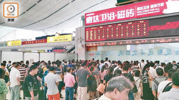 港人赴福田站購首班車票 排隊僅10分鐘 - 東方日報