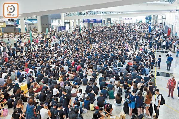 逾萬示威者機場集會 民航工會斥損港形象 - 東方日報