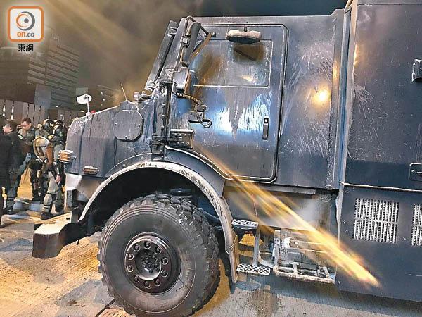 防彈裝甲車 兩度中燃彈起火 - 東方日報