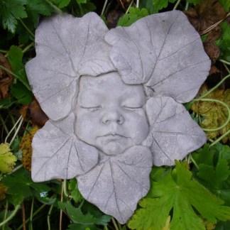 Relief Kindergesicht in Blättern
