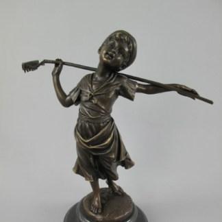 Bronze Figur Frau mit Rechen