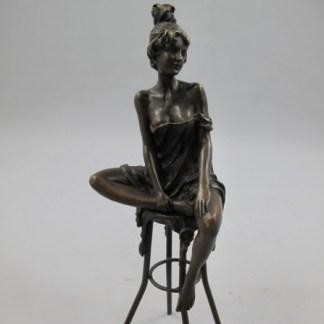 Bronze Figur Lady - auf Stuhl