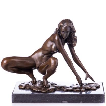 Bronzefigur Lady - aus Hocke aufstehend 19x23x12cm