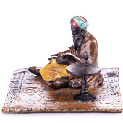 Farbige Bronzefigur lesender Gelehrte auf Teppich2