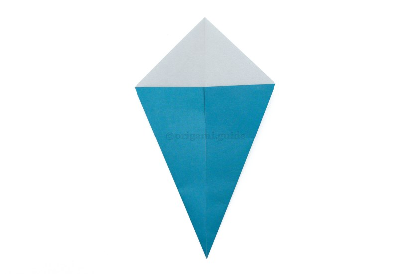 5. Fold the lower left and right diagonal edges to the middle.