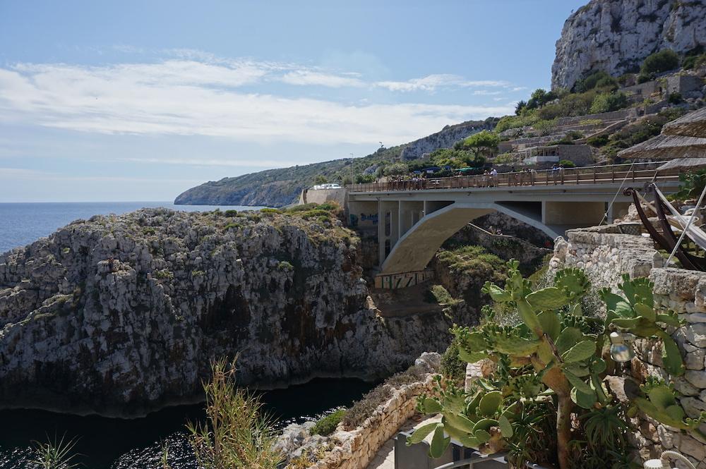Plaże Apulii - Puglia co zobaczyć - most nad plażą