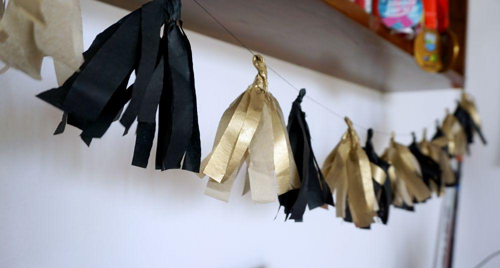 DIY Zrób to sam Girlanda z papierowych frędzli na wieczór panieński czarno złota