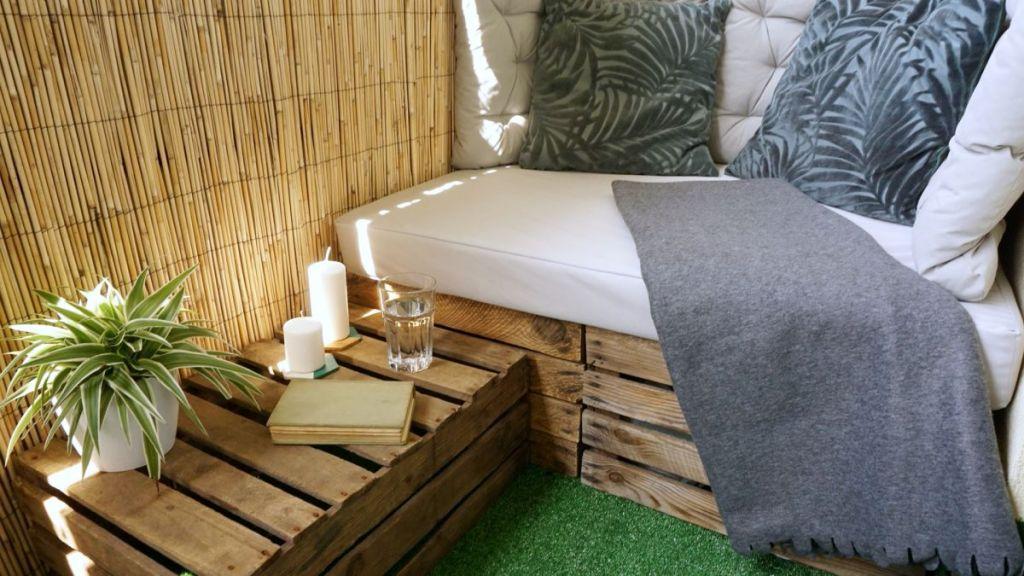 Skrzynie i materac - relaks na balkonie