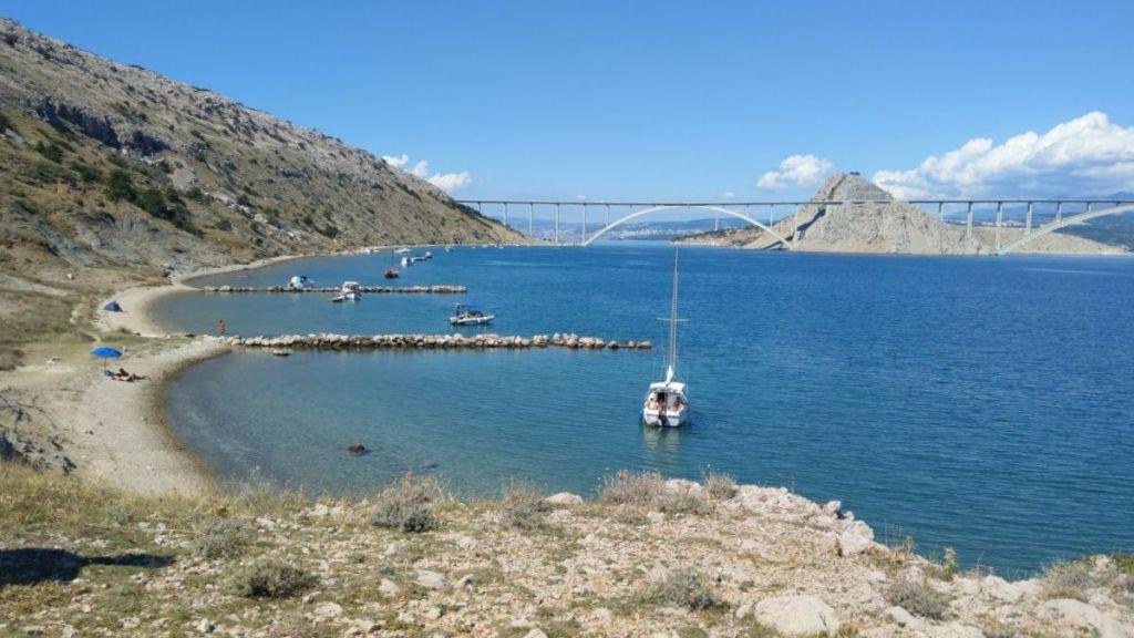 Plaża Voz z widokiem na most, Krk
