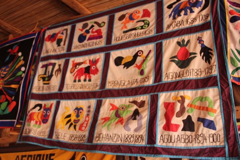 Art de cour et tradition : un appliqué sur tissu représentant les 12 rois principaux, officiellement reconnus par la famille royale