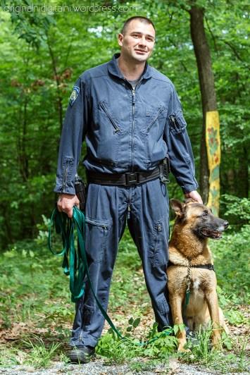 Policijski službenik Službe kriminalističke policije sa službenim psom za detekciju opojnih droga.
