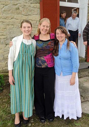 Stephanie Fida visiting with Katherine and Rebecca Eldgridge.