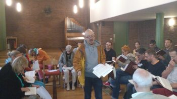 Yotin Tiewtrakul leads during a Sacred Harp workshop in Munich. Photograph by Tobias Saalmann.