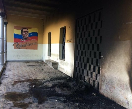 Criminal Groups Set on Fire the Cultural Center Robert Serra