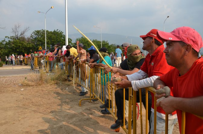 Barricade-near-Tienditas-bridge-Feb-24-800x530.jpg