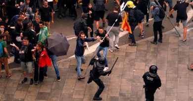 Catalan Pro-Independence Protesters and Police Clash in Barcelona (Videos)