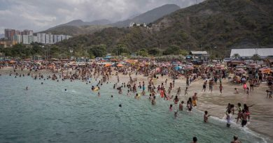 Crowded Beaches, Parades and Concerts in Venezuela's Carnival