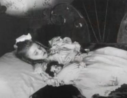 poupées-du-matin-victoriennes_enfant-et-poupée