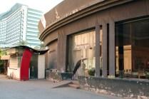 博物館のレストランとミュージアムショップ レストランは閉鎖中、ミュージアムショップはかろうじてやっているが少ない商品は埃だらけ。