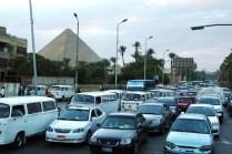 ピラミッドのあるギザ地区にきました。すげー車の量、信号はめったにない、運転はめちゃくちゃ荒い