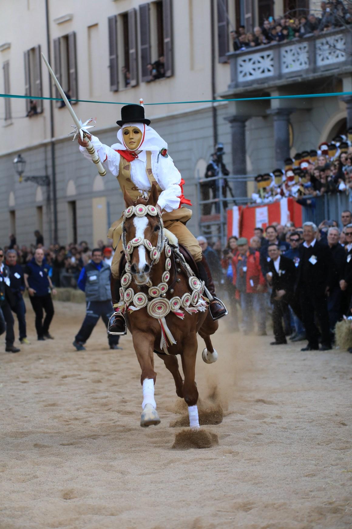 Su Componidori nella corsa della stella - Sa Sartiglia (da www.sartiglia.info)