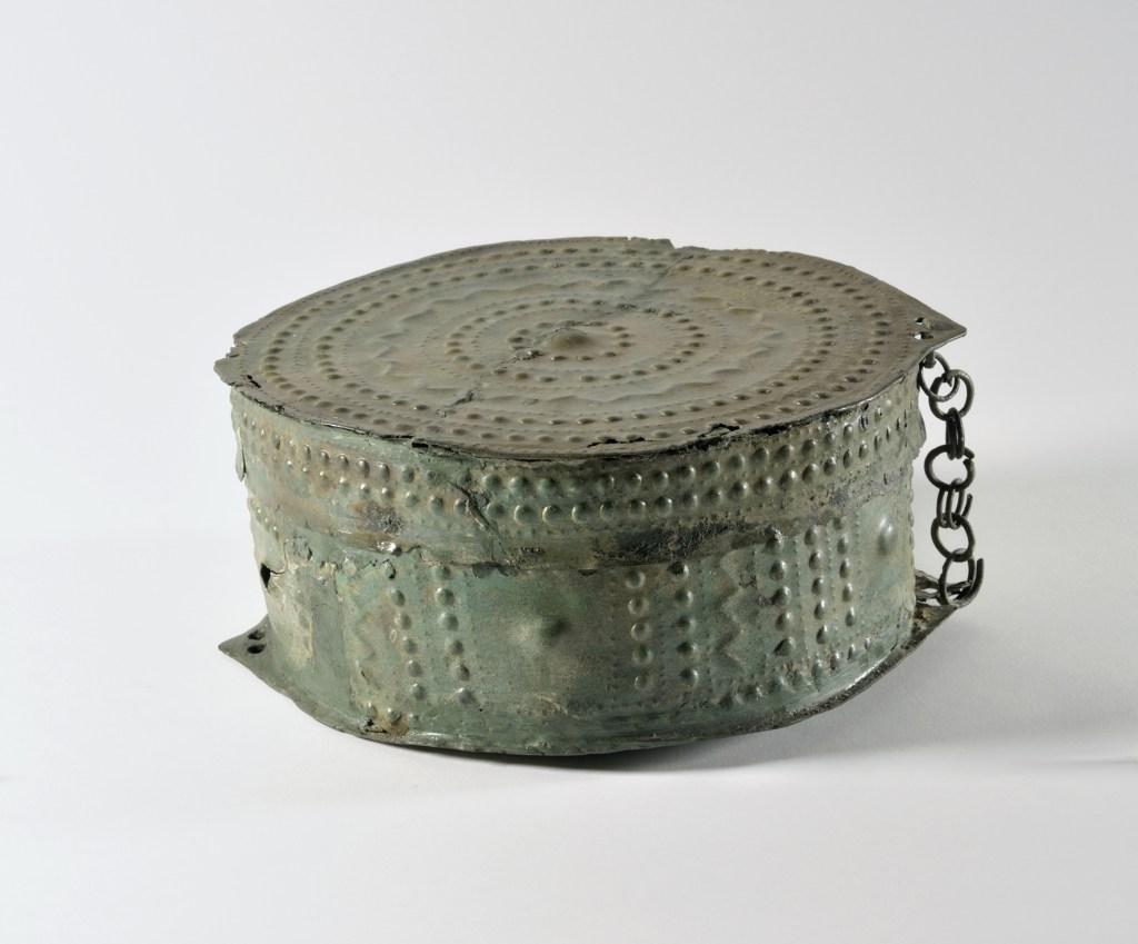 Necropoli dell'Esquilino, Gruppo 103, Scatola (pisside) di bronzo, decorata a sbalzo con motivi geometrici, 775/750- 730 a.C. (fase laziale IIIB)