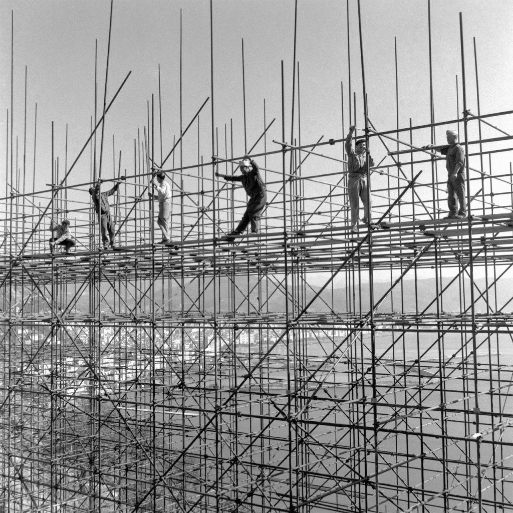 Costruzioni a Napoli (Il Vesuvio sullo sfondo) - Foto Archivio storico Luce (Il sorpasso. Quando l'Italia si mise a correre, 1946 - 1961)