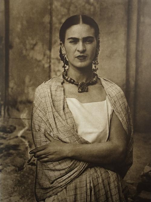 Frida Kahlo in una delle foto scattate dal padre Guillermo Kahlo