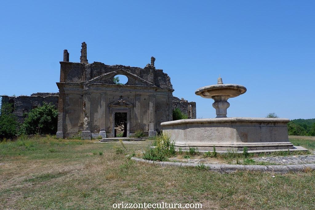La fontana ottagonale di fronte alla chiesa di San Bonaventura, borgo fantasma Antica Monterano