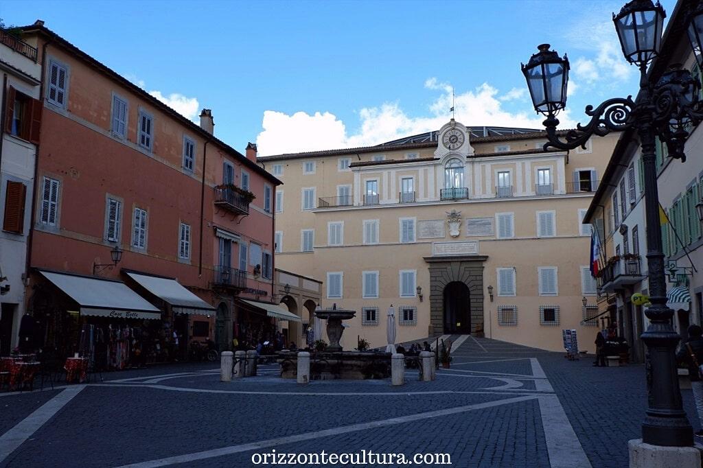 La facciata del Palazzo Apostolico di Castel Gandolfo, visita alle Ville Pontificie di Castel Gandolfo