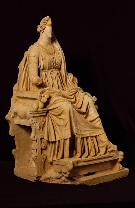 Statua di divinità in trono