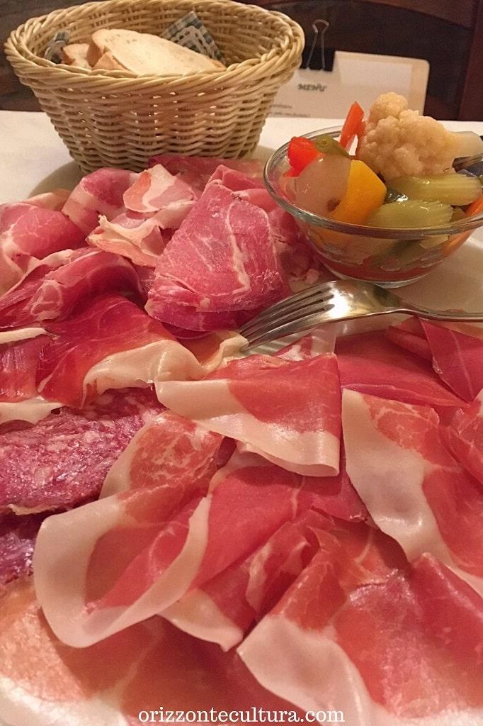 Tagliere di salumi con Prosciutto di Parma DOP, Parma mangiare guida prodotti tipici