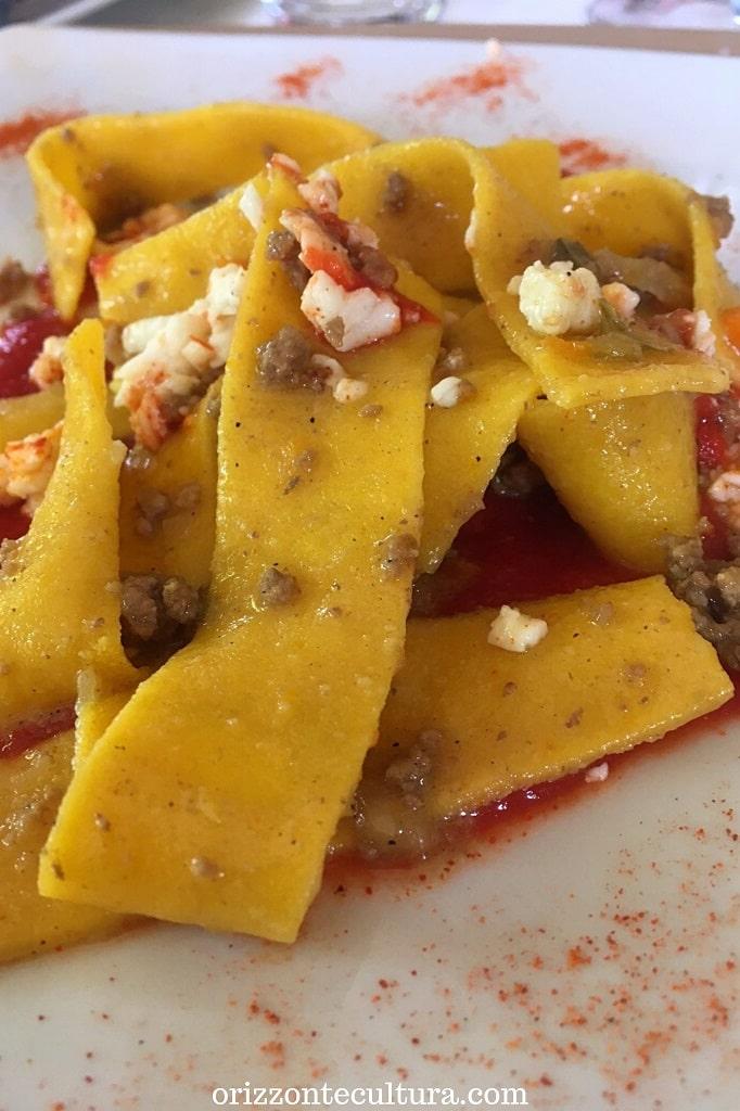 Pappardelle allo zafferano con ragù bianco di Frisona su passata di pomodorini del Piennolo al Ristorante Gli Scacchi di Casertavecchia, dove mangiare vicino alla Reggia di Caserta