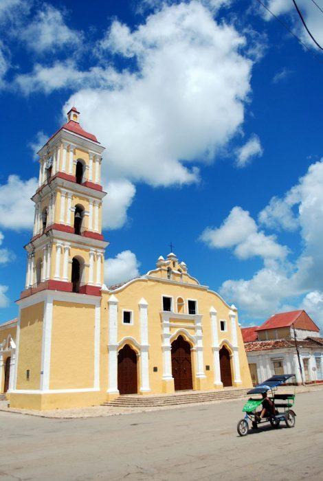 L'Iglesia Mayor di Remedios. E un ciclotaxi