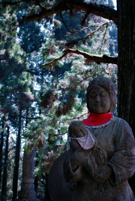 koyasan, una statua nel bosco