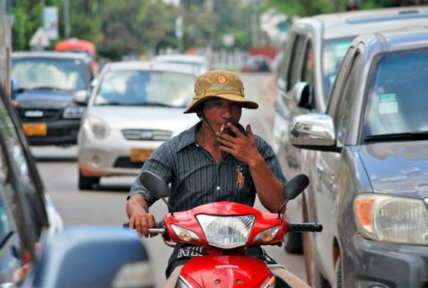 Nel traffico, uscendo da Vientiane