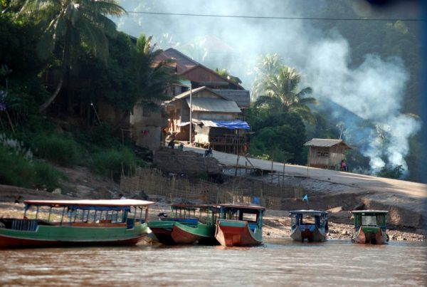 L'arrivo in barca a Muang Khua, Laos