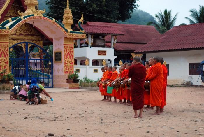 Muang Khua, il rito del Tak Bat,