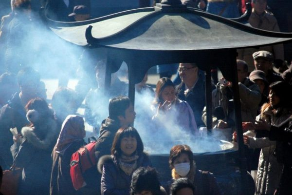 Fumi d'incenso al Senso-ji di Tokyo