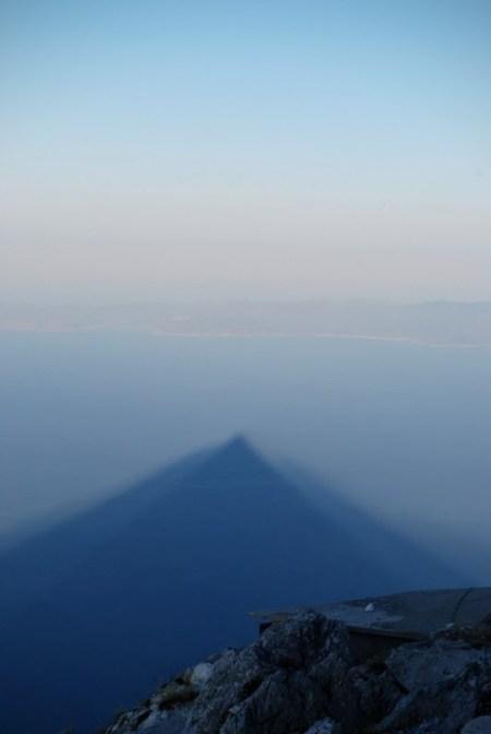 L'ombra del monte Athos si allunga sul mare al tramonto