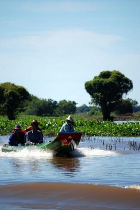 Barche solcano il lago Tonle Sap (foto di Patrick Colgan, 2015)