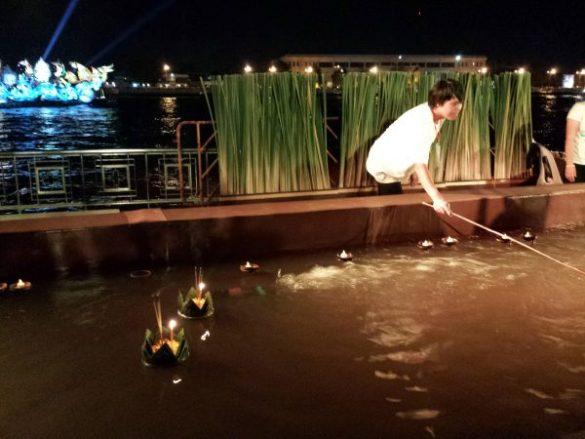 I krathong vengono immersi nell'acqua e si avviano verso il fiume