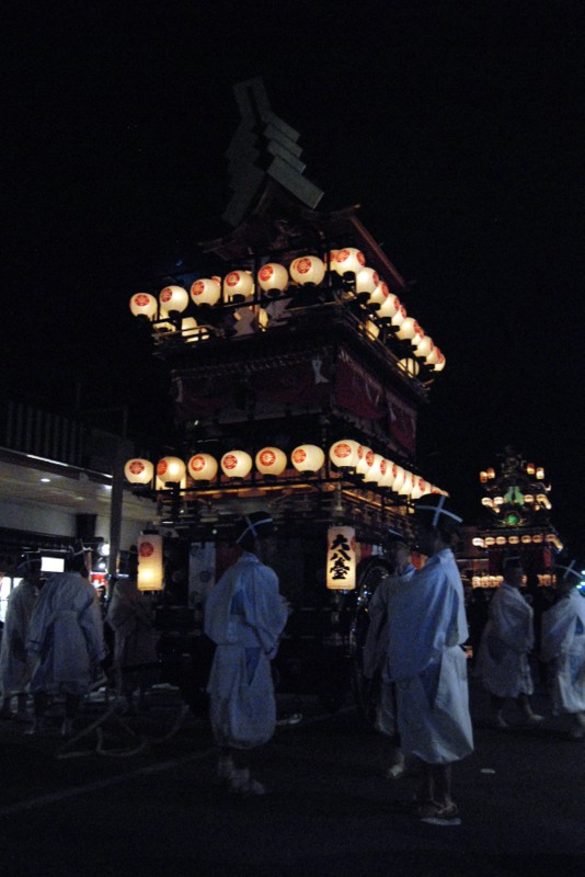 I carri adornati di lanterne per la sfilata notturna, Takayama