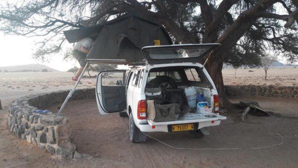 La tenda sopra l'auto in Namibia